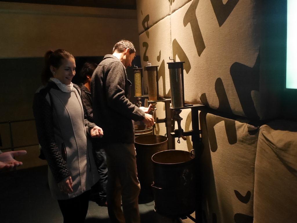 プルゼニ プルゼニュ ピルゼン チェコ ボヘミア  プルゼニュスキー ブラズドロイ 醸造所 ホップを口にすることできる展示ブース @Plzeňský Prazdroj, a. s.