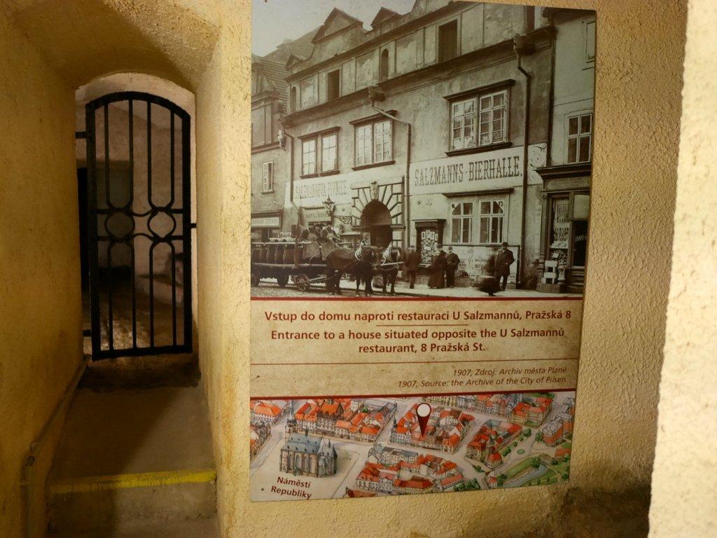 プルゼニ プルゼニュ ピルゼン チェコ ボヘミア 地下道博物館 地上の現在位置を示すキャプション @Plzeňské historické podzemí