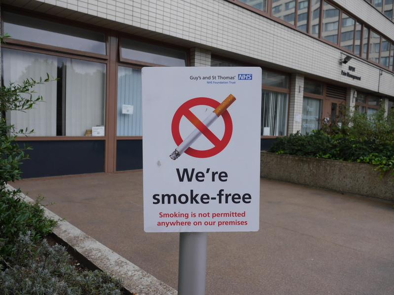 ロンドン 病院博物館  病院 フロイト博物館 聖トーマス病院  セント トーマス病院  野外含めて敷地のいたるところに禁煙の表示がある @St Thomas' Hospital