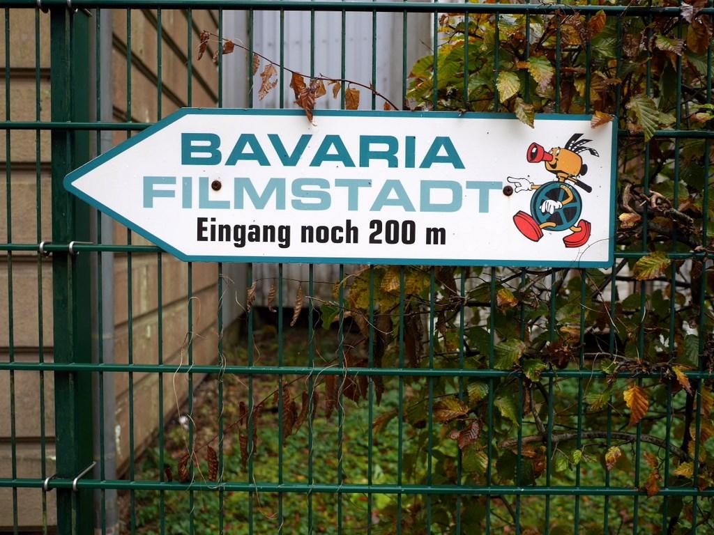 あと200mの看板、この柵の向こうには広大な映画スタジオが拡がる @Bavaria Filmstadt