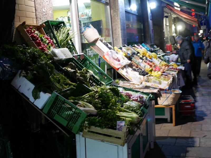 ミュンヘン アパート 店先にたくさんの野菜が並ぶ @Landwehrstraße