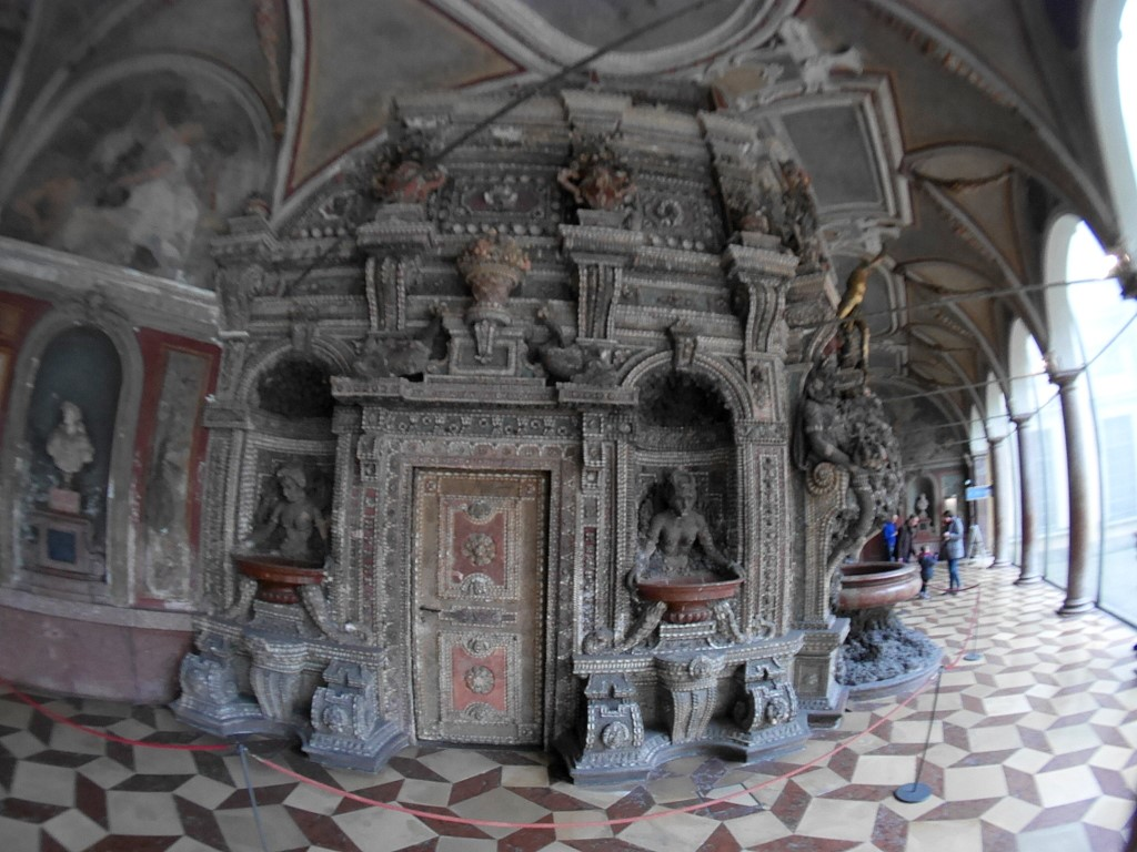 ミュンヘン レジデンツ  グロット宮殿 ニンフェンブルク城 アザム教会 旧植物園 グロット宮殿の奇っ怪な装飾 @Residenz München