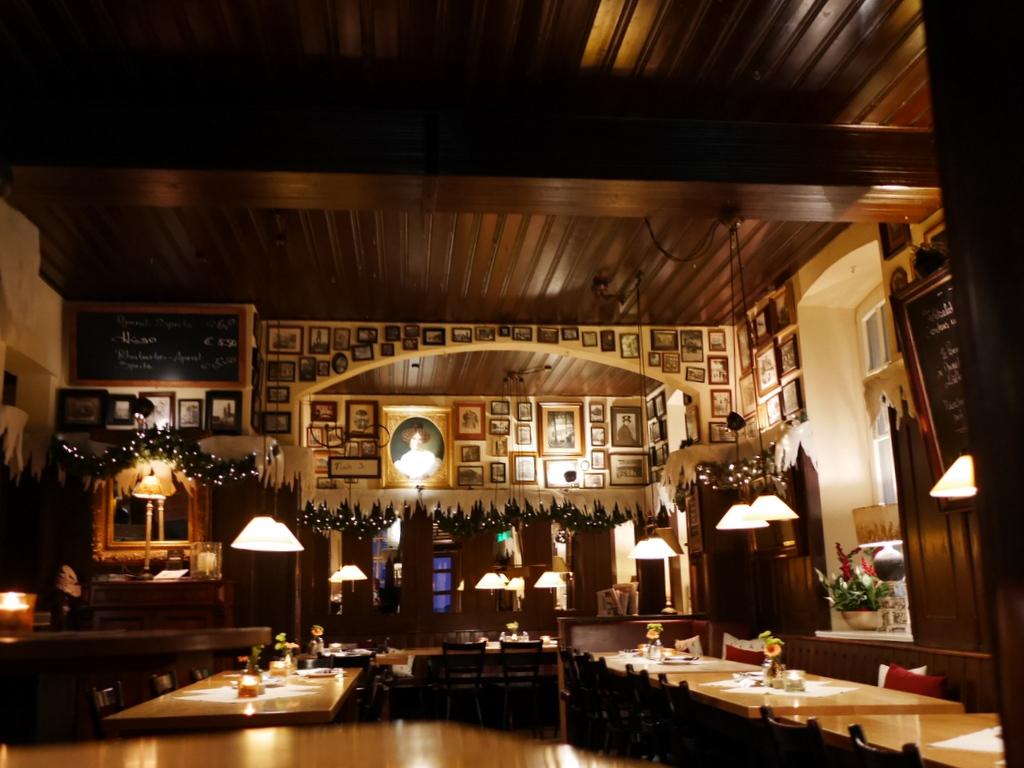 """ミュンヘン 美味しいミュンヘン ビール ドイツ料理 レストラントルコ料理 ドイツ料理のレストラン """"Liebighof""""店内 @München"""