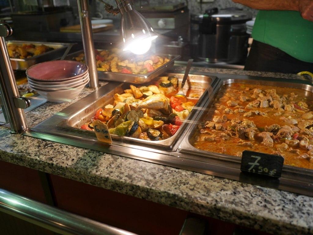ミュンヘン 美味しいミュンヘン ビール ドイツ料理 レストラントルコ料理 湯気のたつお料理が並ぶ @Altın Dilim