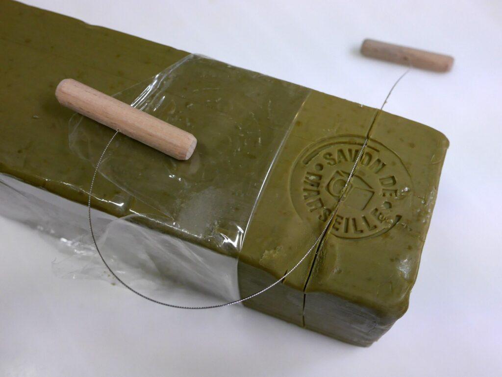 シリア ヨルダン 古代オリエント博物館 オリーブ石鹸(アレッポ石鹸)をソープカッターで切り出す
