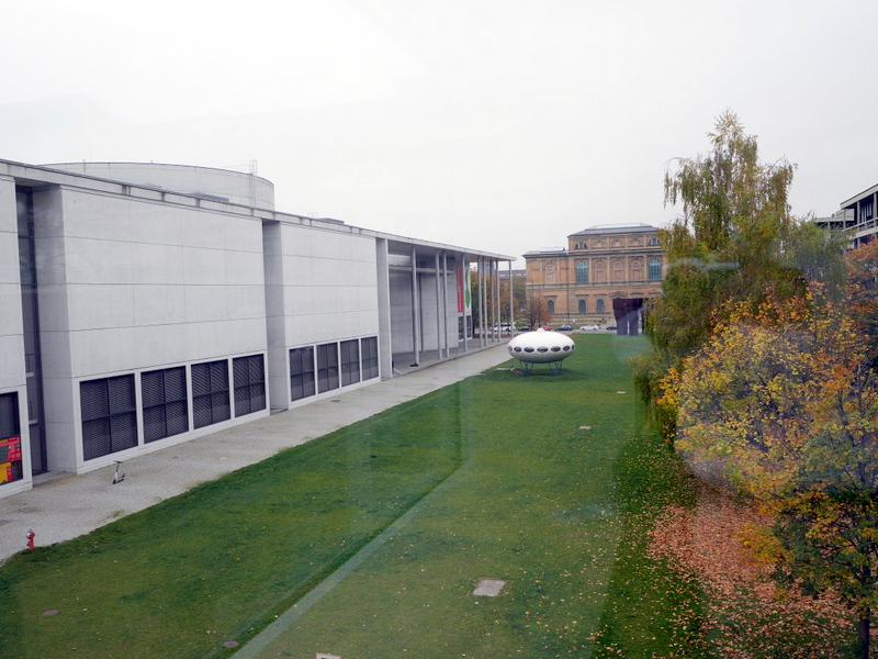 ミュンヘン 美術館 コンビチケット ブランドホルスト 2階の窓からは斜め向かいのピナコテーク デア モデルネが見える @Museum Brandhorst