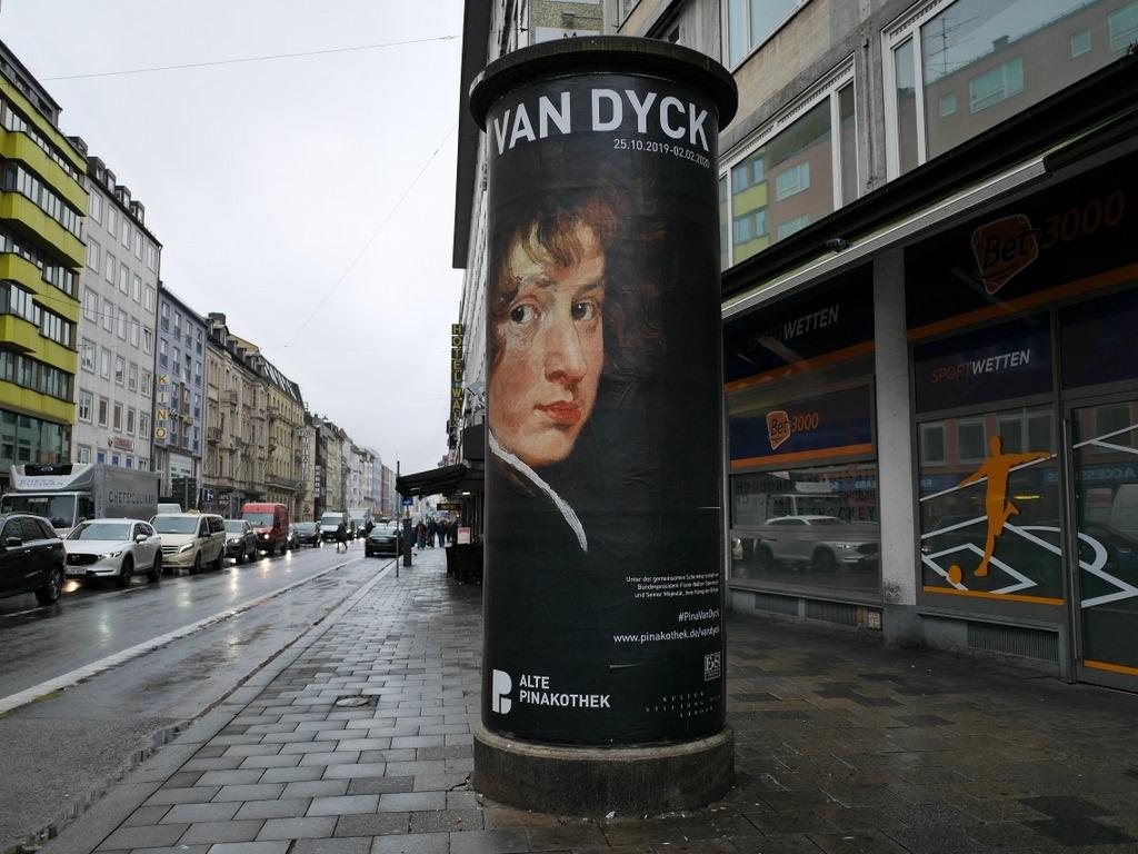 ミュンヘン 美術館  芸術の都でアートを堪能 アルテ ノイエ モデルネ ピナコテーク 街角のアルテ・ピナコテークの看板、特別展はヴァン・ダイク @Alte Pinakothek