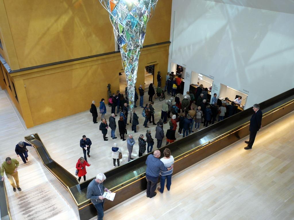 ミュンヘン 美術館 コンビチケット レンバッハハウス美術館 レンバッハハウス美術館の窓口行列 @Lenbachhaus