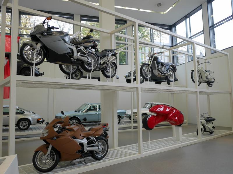 ミュンヘン 美術館  芸術の都でアートを堪能 アルテ ノイエ モデルネ ピナコテーク 2輪と奧には4輪デザインの変遷の展示 @Pinakothek der Moderne