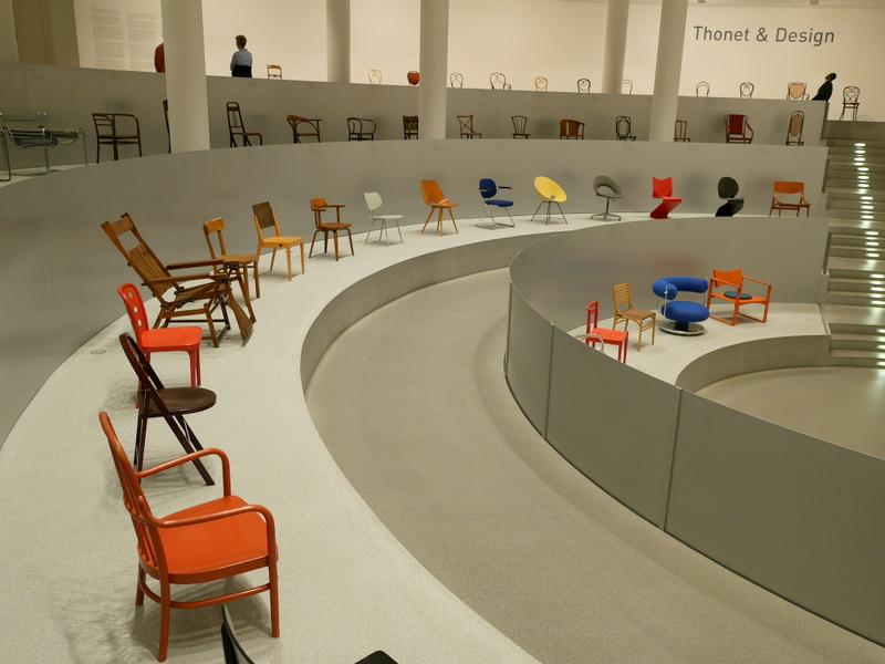 ミュンヘン 美術館  芸術の都でアートを堪能 アルテ ノイエ モデルネ ピナコテーク 椅子の展示は定番だが、広く俯瞰できるのが面白い @Pinakothek der Moderne