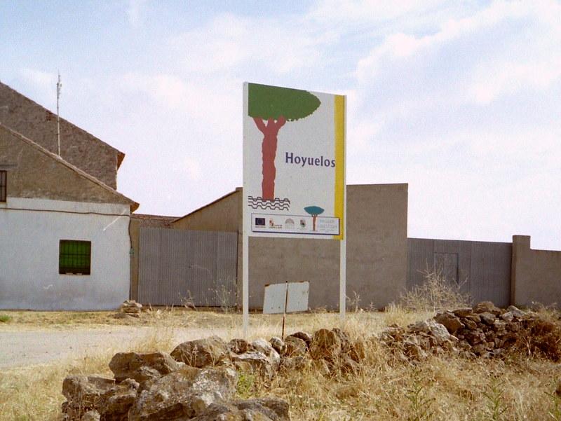 スペイン映画 ミツバチのささやき エル スール ビクトル エリセ  オユエロス(Hoyuelos)村の入り口にある可愛い看板 @Hoyuelos, Segovia