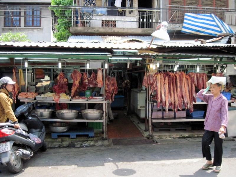 うだるような暑さの中で肉が並ぶ @Ton That Dam ホーチミン