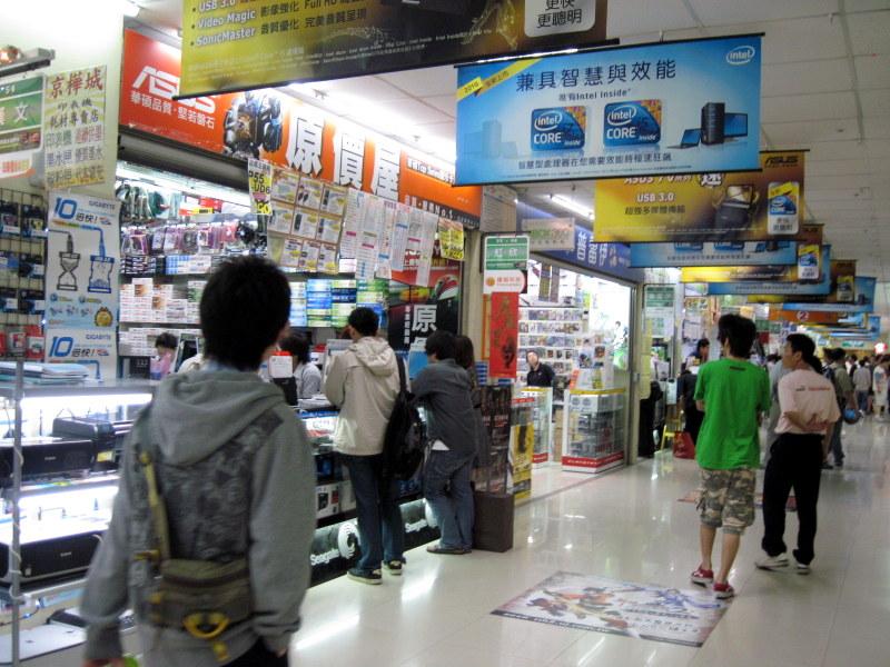 売っているものは猥雑だが通路は綺麗 @光華商場 台北