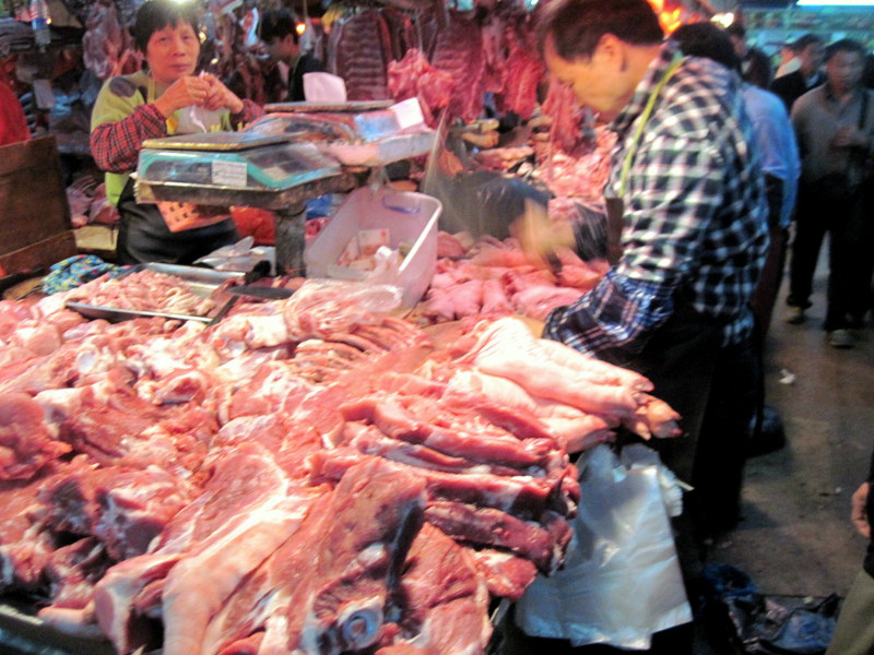 迫力ある肉の並べ方すぐ隣で解体もしている @拱北口岸市场 珠海