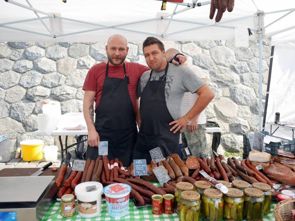 陽気な燻製肉屋のお二人 @Farmářské Tržiště Náplavka プラハ