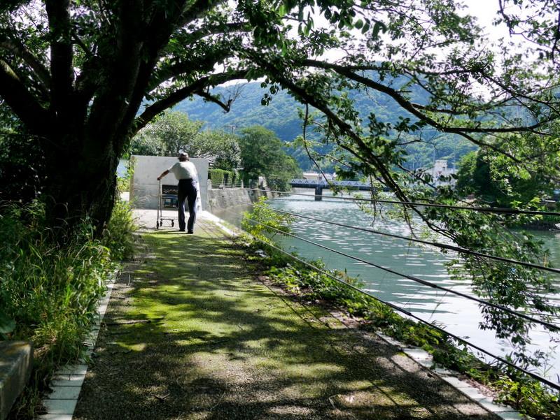 那賀川のほとり、老人の後ろ姿 @松崎