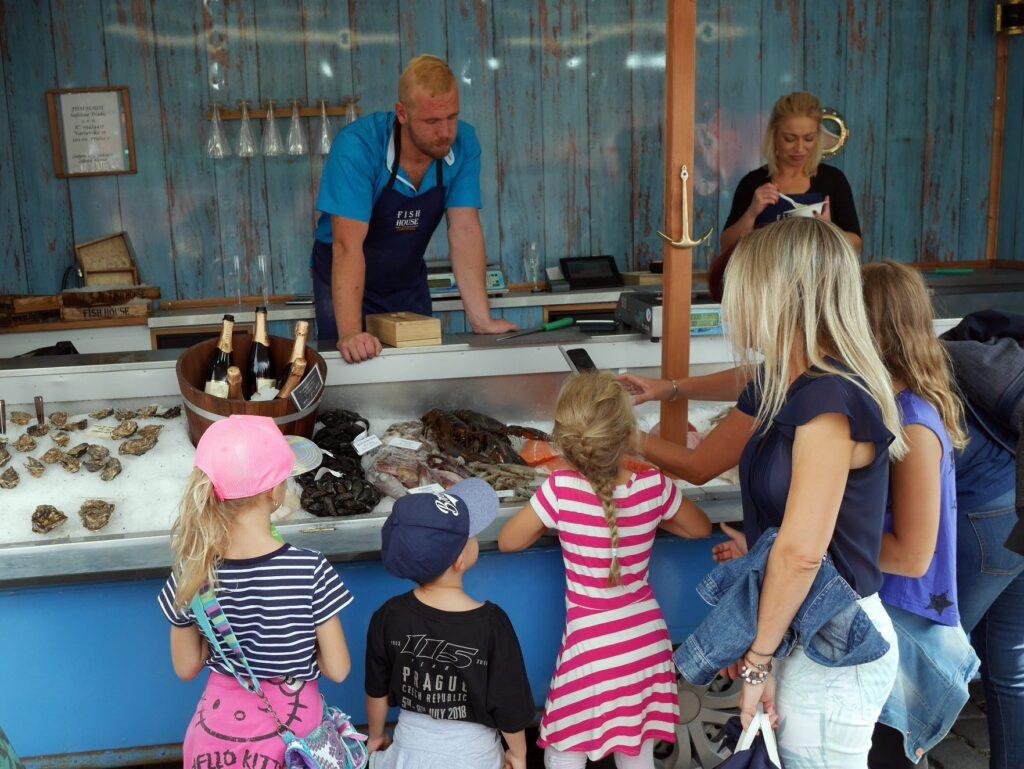 内陸のプラハでオマールエビを子供たちに見せ、得意顔の魚屋さん @Farmářské Tržiště Náplavka プラハ