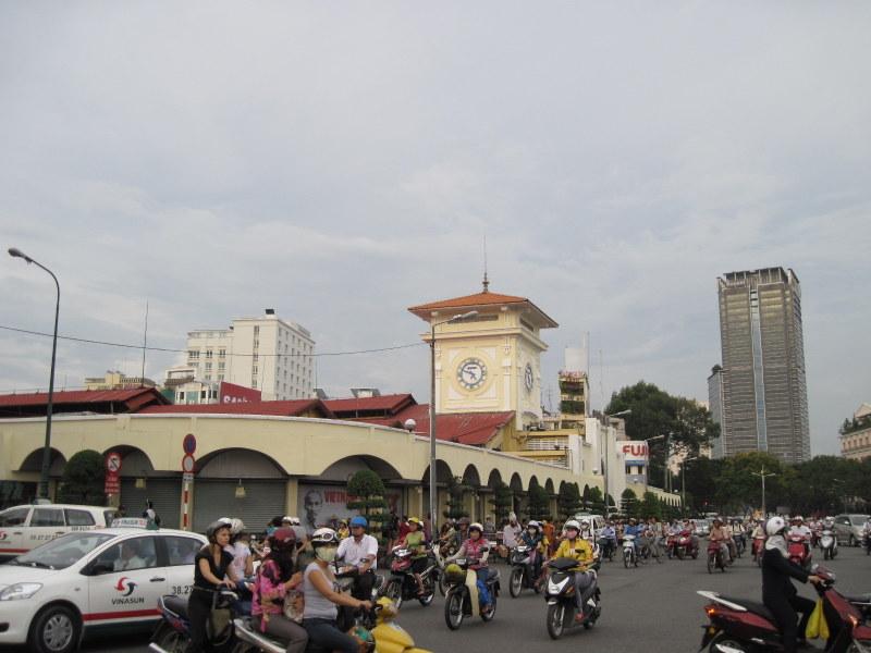 この通りを渡るのがたいへんなベンタイン市場前 @Bến Thành Market ホーチミン