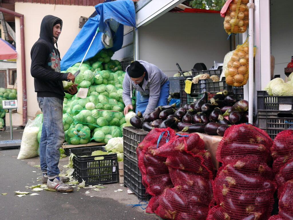 片手包丁のキャベツ屋さん @Piaţă agroalimentară シゲトゥ・マルマツィエイ, ルーマニア