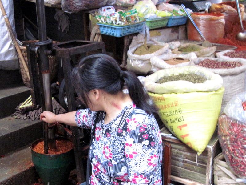 香辛料をブレンド中 @石灰市菜市場 重慶