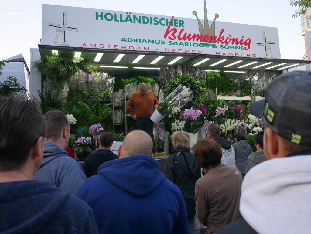 たたき売りに群がり口上を楽しむ人々 @Hamburg Fischmarkt