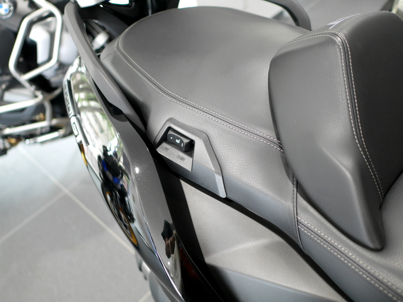 BMW C650GT 後部座席の下にあるタンデム用のシートヒータースイッチ