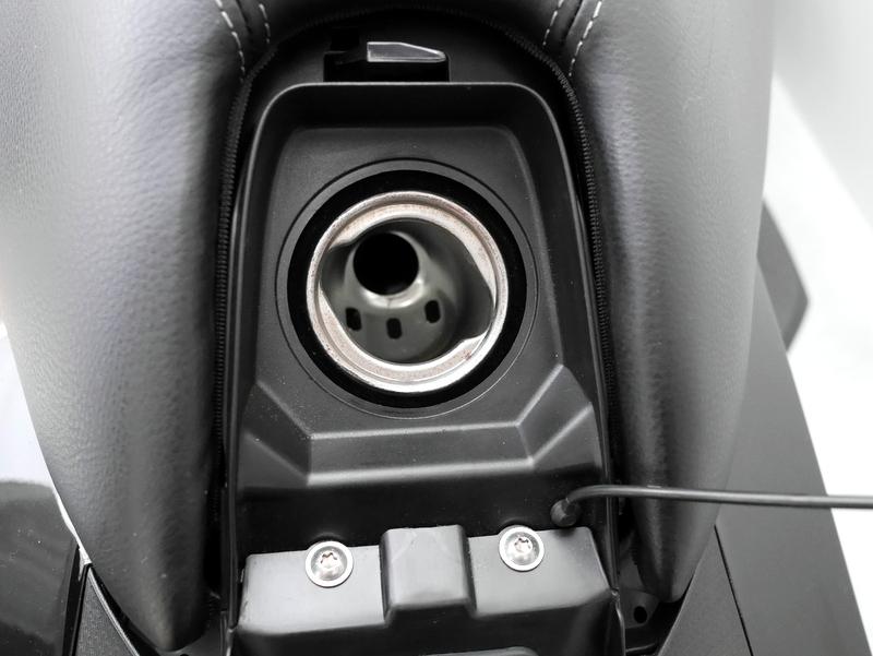 BMW C650GT この奥の小さな給油口にノズルを差し込む形で給油をする