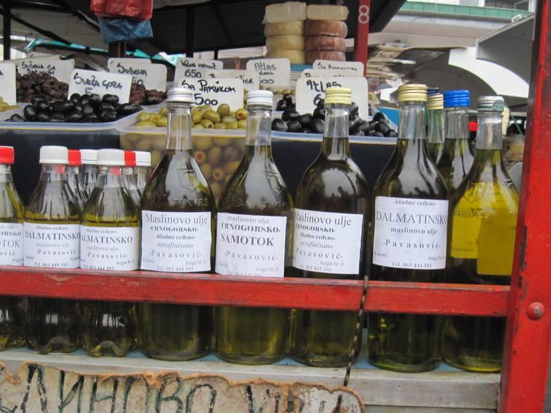 コカコーラや酒瓶に入って売られているオリーブオイル @KalenićPijaca ベオグラード