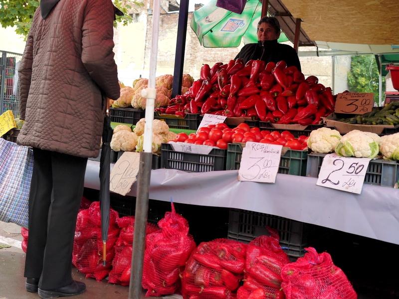 パプリカは定番で山積み、袋詰め販売 @Piaţă agroalimentară シゲトゥ・マルマツィエイ, ルーマニア