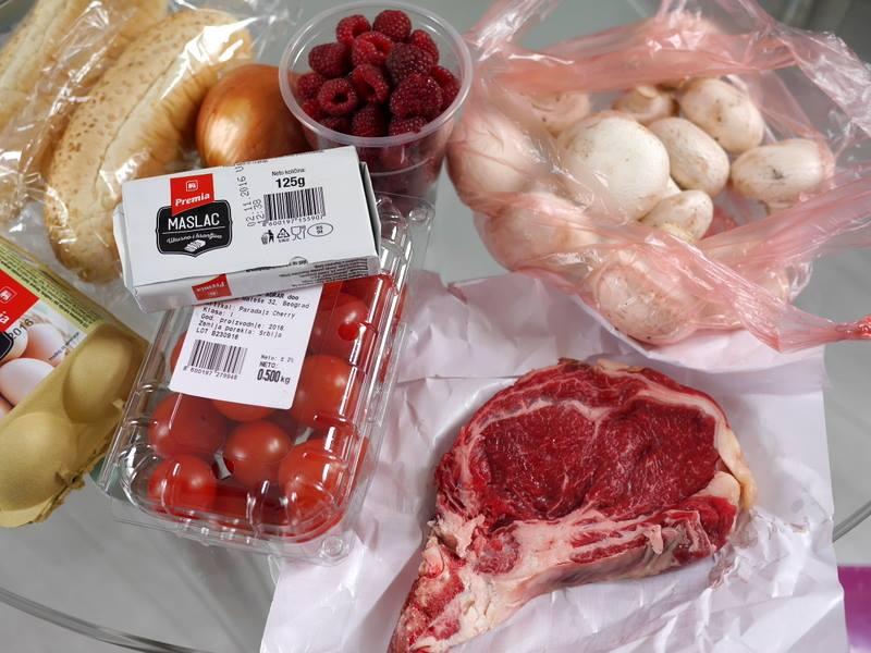 市場での収穫、ステーキ肉300g、マッシュルーム、ベリー等 @Zeleni Venac ベオグラード