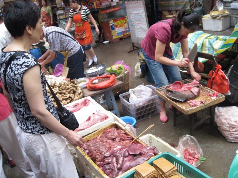 お肉も路上で解体 @石灰市菜市場 重慶