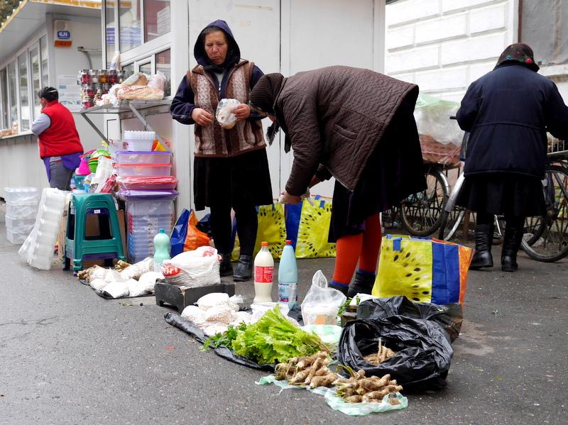 東欧の市場は行商の方も多い @Piaţă agroalimentară シゲトゥ・マルマツィエイ, ルーマニア