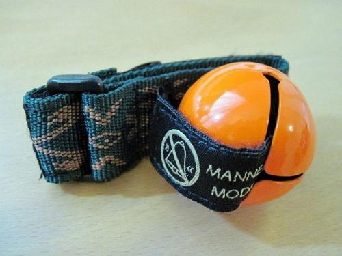 消音機能つきの熊鈴、Manner Mode のベルトを鈴に差し込んでいる状態